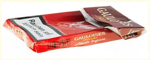 zerknüllte GAULOISES Zigarettenschachtel